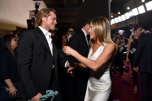 Brad Pitt thân mật với vợ cũ tại lễ trao giải SAG Awards 2020