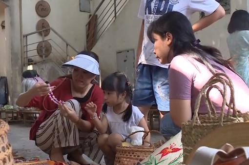 Người dân TP.HCM xách làn đi chợ quê giữa phố ngày cuối năm