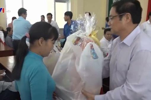Đồng chí Phạm Minh Chính tặng quà Tết cho các gia đình chính sách và hộ nghèo