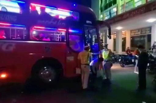 """Phát hiện xe khách 40 chỗ """"nhồi nhét"""" 82 người ở Đồng Nai"""