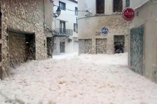Bọt biển nhấn chìm đường phố Tây Ban Nha sau bão