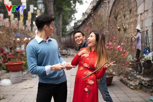 IFO số Tết: Host Phoebe Trần duyên dáng diện áo dài đỏ đi chợ hoa