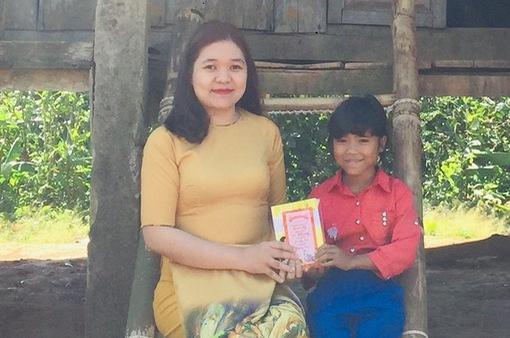 Đầu năm, thầy cô đến từng nhà học sinh vùng cao chúc Tết, mừng tuổi sách