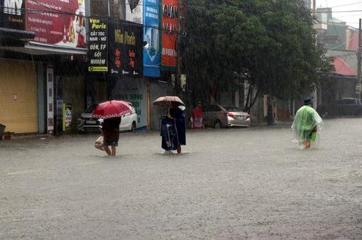 Sau 15 ngày mưa lũ, miền Trung vẫn còn nhiều diễn biến nguy hiểm khó lường