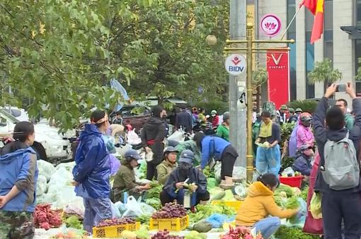 Giá thực phẩm tăng cao, khó mua ở vùng lũ Hà Tĩnh