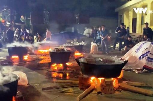 Người dân Hà Nội gói bánh chưng ủng hộ miền Trung