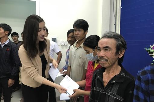 Dàn Hoa hậu mộc mạc trao quà cho người dân vùng lũ