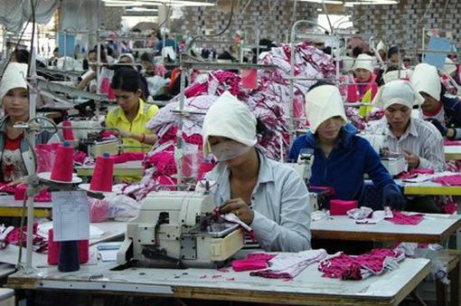 """ILO kêu gọi ngành may mặc hỗ trợ người lao động nhiều hơn giữa """"bão"""" COVID-19"""