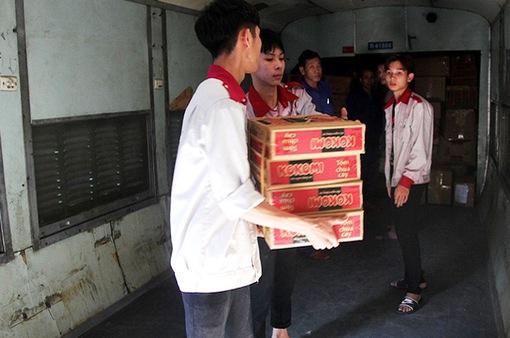 Đường dây nóng tiếp nhận vận chuyển miễn phí hàng cứu trợ vùng lũ