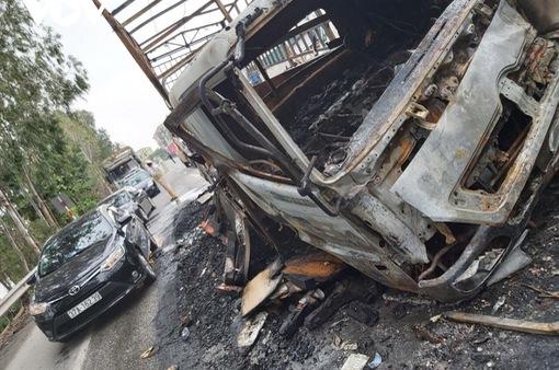 Xe tải và container bốc cháy dữ dội sau cú va chạm trên quốc lộ
