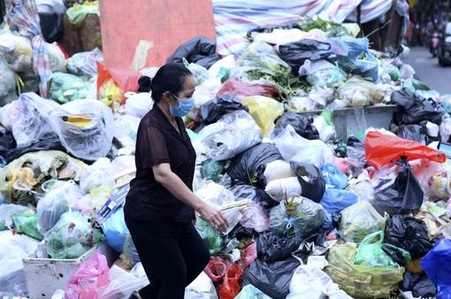 """Rác """"bủa vây"""" đường phố Hà Nội, tiền đề bù cho dân nằm ở đâu?"""