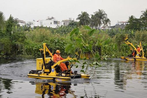 Đề xuất 2,5 tỷ đồng thuê máy vớt rác trên kênh rạch ở TP.HCM