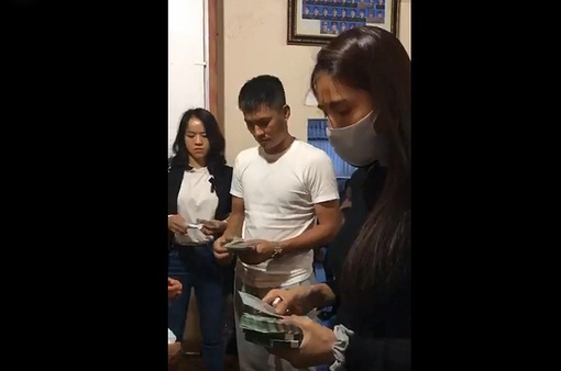 Công Vinh phụ vợ đi trao tiền cho người dân miền Trung