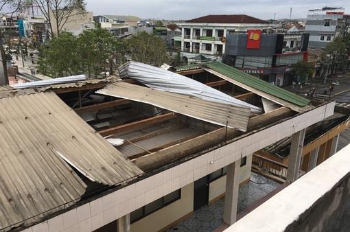 Bão số 9 làm tốc mái nhiều trường học tại Đà Nẵng, Quảng Nam, Quảng Ngãi