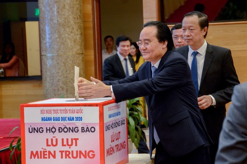Bộ trưởng Phùng Xuân Nhạ kêu gọi ủng hộ thầy và trò miền Trung
