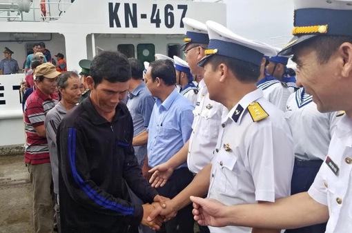 11 ngư dân vụ chìm 2 tàu cá Bình Định về với gia đình