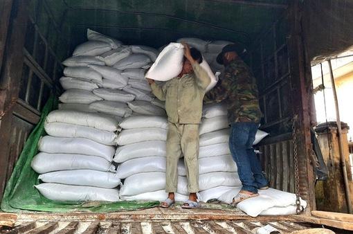 Dân quân gùi cõng gạo vào vùng bị cô lập tại Phước Sơn