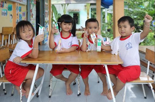 Vinamilk tổ chức ngày hội sữa học đường, mang niềm vui uống sữa tại trường đến với trẻ em Vĩnh Long