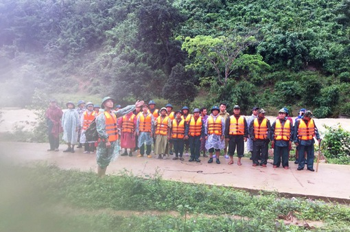 36 du khách mắc kẹt trên núi ở Khánh Hòa đã ra khỏi rừng an toàn