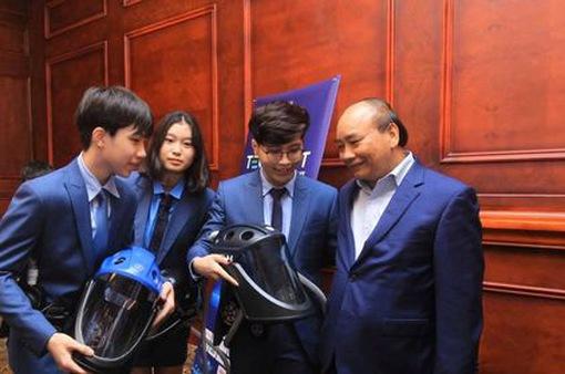 Thủ tướng biểu dương nhóm học sinh Việt sáng chế Mũ cách ly di động Vihelm phòng chống COVID-19