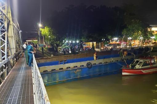 """Sà lan 500 tấn kẹt dưới cầu đường sắt Bắc – Nam, gần 100 người """"chăng đèn"""" giải cứu trong đêm"""