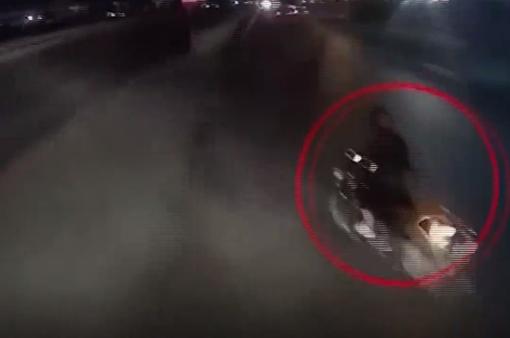 Bất ngờ sang đường, xe máy suýt bị container đâm trúng