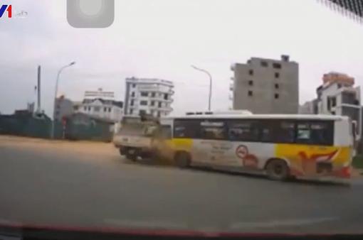 Xe bus tông thẳng vào xe cẩu như bị nam châm hút