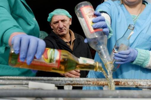 Ukraine tiêu hủy hàng chục nghìn chai vodka giả
