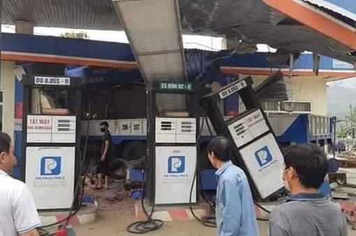Lai Châu: Xe tải mất lái đâm sập cây xăng, 6 người thương vong