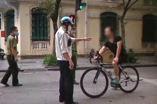 Công an Hoàn Kiếm xử phạt người dân không đeo khẩu trang