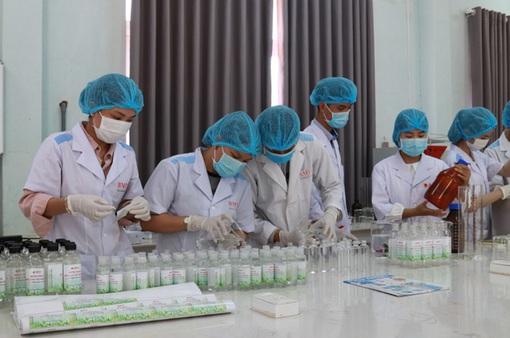 ĐH Buôn Ma Thuột sản xuất hàng ngàn lít nước sát khuẩn tặng cộng đồng