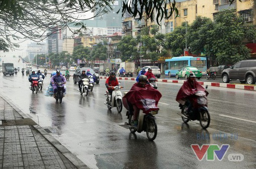 Không khí lạnh gây mưa rào tại Hà Nội, trời chuyển rét