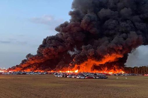 Mỹ: Hỏa hoạn ở sân bay thiêu rụi hàng nghìn xe hơi