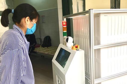"""Bác sĩ tương tác với bệnh nhân COVID-19 thông qua robot """"made in Vietnam"""""""