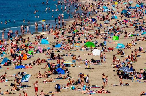 """Các bãi biển châu Âu """"vỡ trận"""" do nhiệt độ tăng cao"""