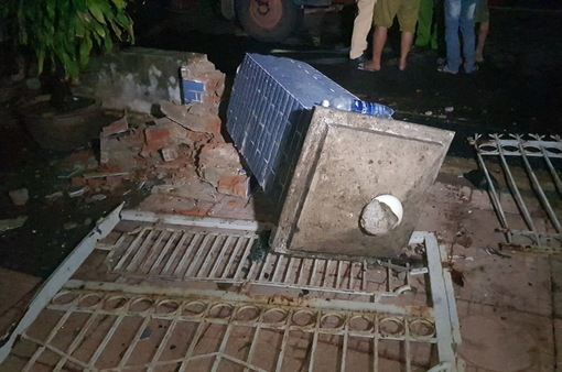 Xe tải bất ngờ mất lái, tông sập cổng nhà dân