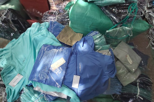Phát hiện hàng nghìn áo chống nắng giả ở chợ Ninh Hiệp (Hà Nội)