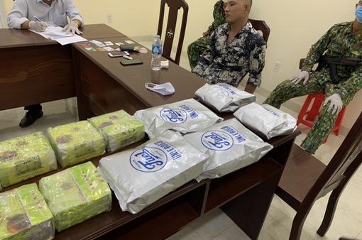 Long An: Bắt giữ vụ vận chuyển ma túy và súng quân dụng lớn