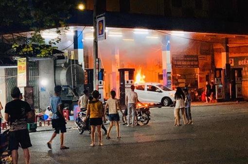 Lùi trúng cột bơm xăng, xe ô tô bốc cháy dữ dội