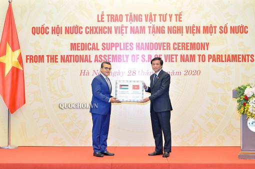 Trao tặng vật tư y tế cho nghị viện các nước phòng chống dịch COVID-19