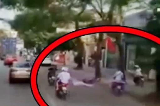 Clip: Ô tô đi lấn làn với tốc độ cao khiến người đi xe máy ngã bất tỉnh