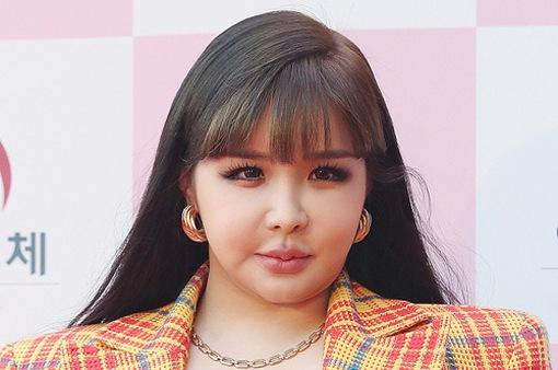 Park Bom phủ nhận tin đồn phẫu thuật thẩm mỹ