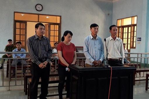 Chánh văn phòng huyện hầu tòa vì sai phạm trong đất đai
