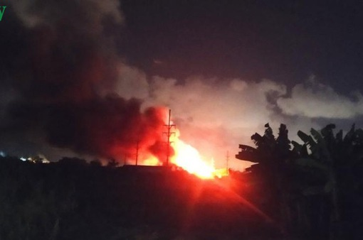 Cháy lớn thiêu rụi hàng nghìn m2 nhà xưởng công ty nội thất