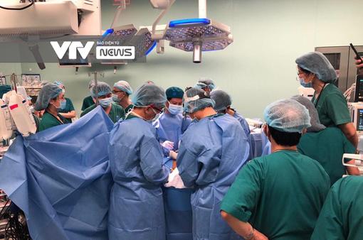 [CẬP NHẬT] Phẫu thuật tách dính 2 bé gái song sinh: Tiến hành tách phần xương