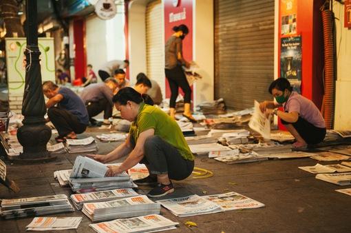 """Nhộn nhịp """"chợ báo giấy"""" mỗi sáng ở Thủ đô"""