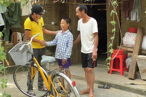 """Chàng trai Hà Tĩnh 'hồi sinh"""" hàng trăm xe đạp cũ, tặng học sinh nghèo"""
