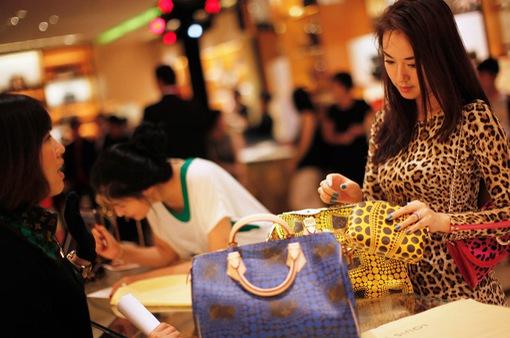 """COVID-19 khiến giới nhà giàu Trung Quốc """"dở khóc, dở cười"""" vì có tiền mà chẳng biết tiêu đâu"""