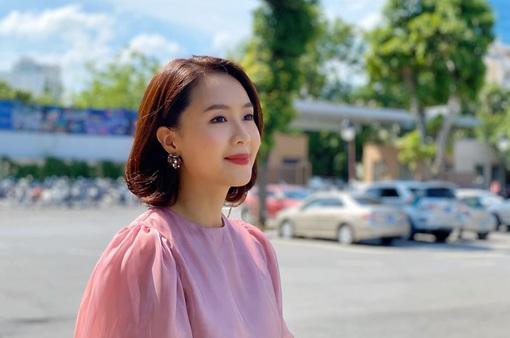 Sau 30 năm, Hồng Diễm bất ngờ cắt phăng mái tóc dài