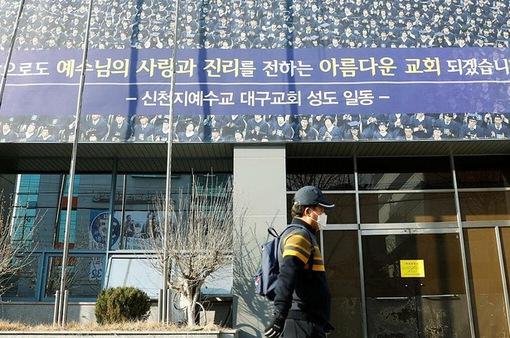 Hàn Quốc bắt 3 thành viên giáo phái Tân Thiên Địa về tội cản trở thi hành công vụ